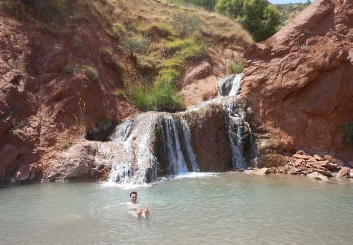 Nadar en Sari Khosor a principios de la primavera, ¡no se puede hacer eso en Pamir!