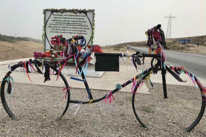 Un monumento a los ciclistas asesinados en el ataque de Danghara.